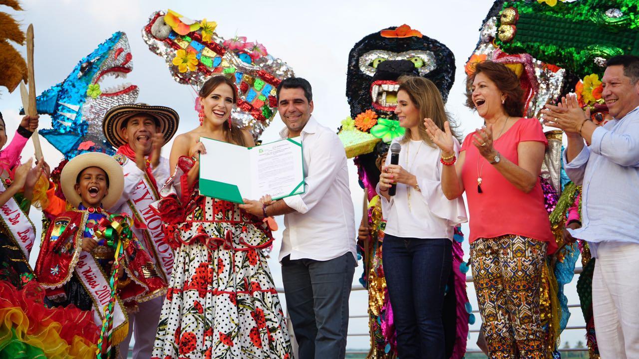 Con decreto en mano, la Reina del Carnaval le da rienda suelta al baile
