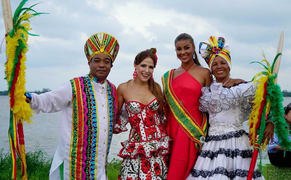 La reina del Carnaval de Barranquilla, Stephanie Mendoza, junto a los lanceros y la Reina de la Independencia 2016