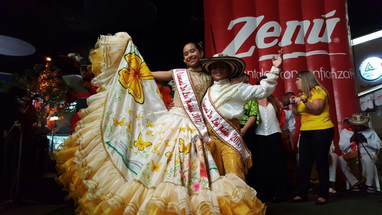 Alejandra y Gabriel reciben bandas oficiales como Reyes del Carnaval de los Niños