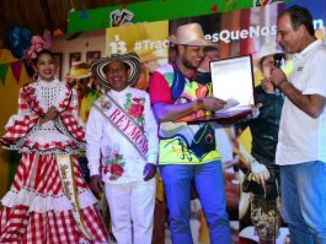 La nueva generación de artesanos del Carnaval de Barranquilla está encabezada por jóvenes artistas como Rubiel Badillo, quien lleva más de 10 años participando como diseñador y fabricante de las carrozas que engalanan el tradicional desfile de la Batalla de Flores.