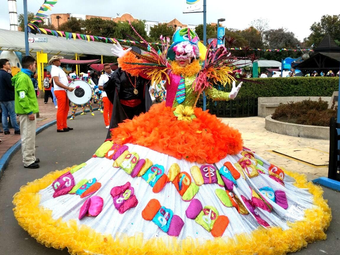 Disfraces del Carnaval también estuvieron presentes en Mundo Aventura
