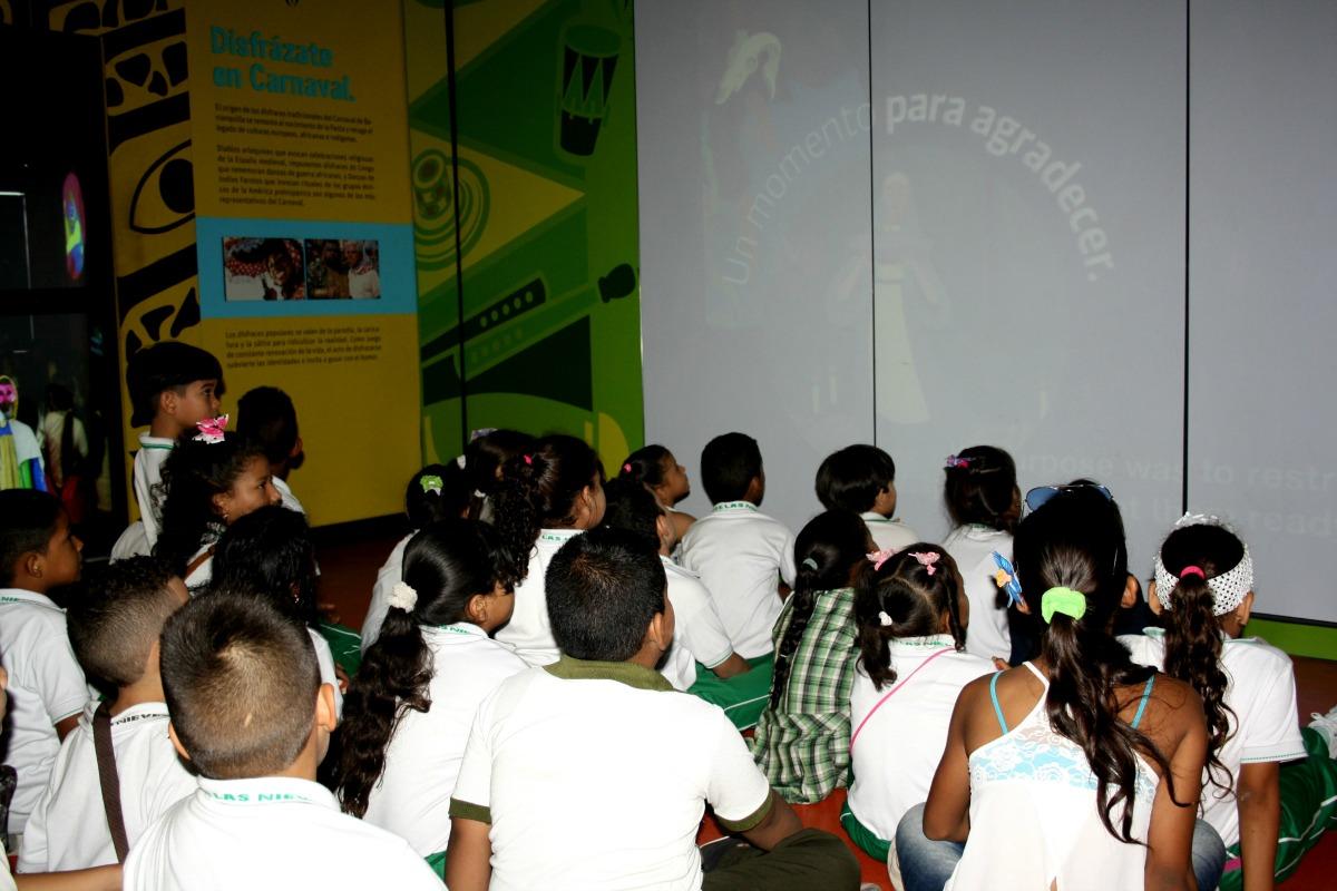 Visita de los estudiantes a la Sala Interactiva