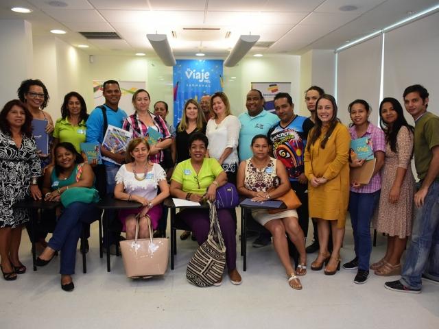 Grupo de docentes en compañía de Diana Lozano, gerente gestión comercial región caribe de Bancolombia y equipo de Carnaval.