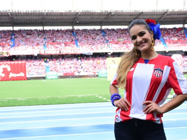 La Reina del Carnaval 2018 saludó a hinchas y jugadores previo al partido.