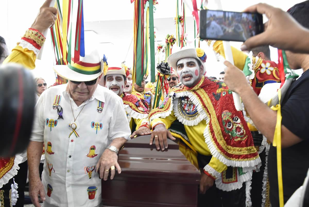 Entre garabatos y Carnaval, último adiós a Humberto Pernett