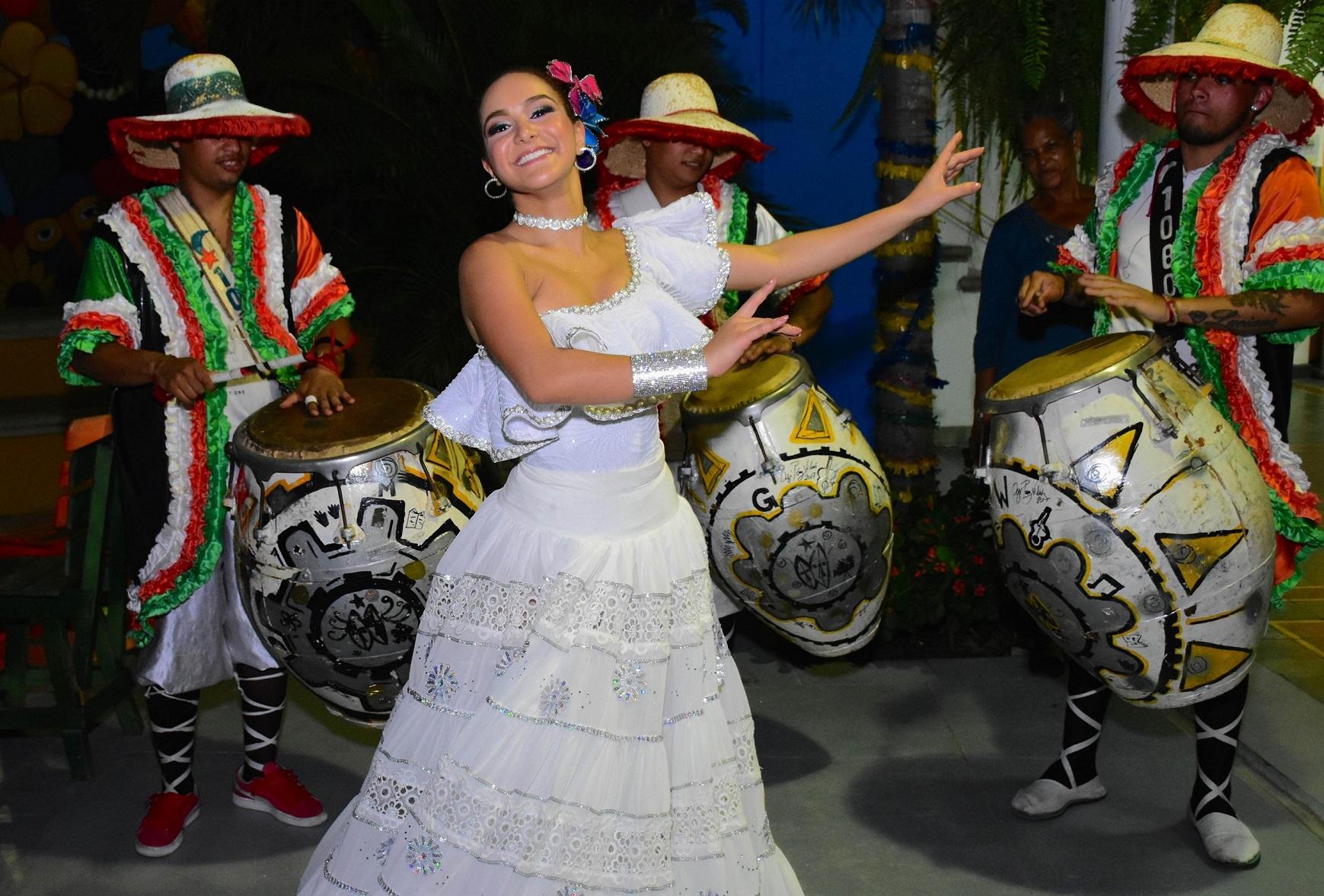 La Reina Valeria Abuchaibe danzó al son de la comparsa uruguaya