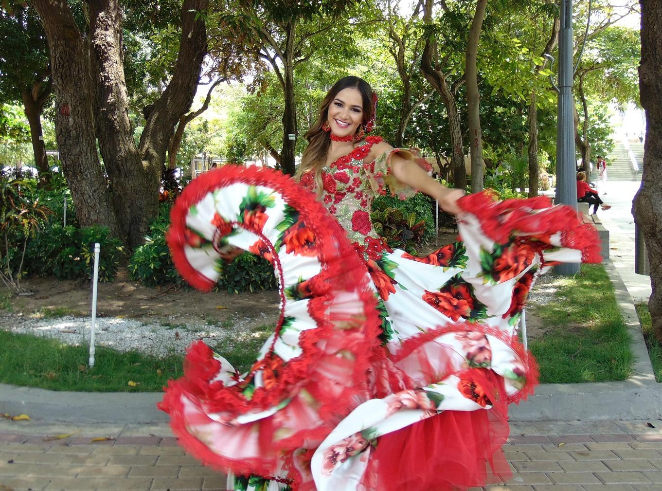 La Reina del Carnaval Valeria Abuchaibe celebra su cumpleaños con un recorrido salsero