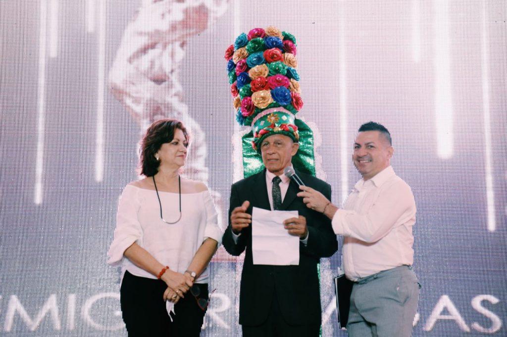 El momento más emotivo de la jornada fue el merecido homenaje a Jairo 'el Gancho' Buitrago, quien, en medio de la entusiasta ovación de sus colegas del periodismo gráfico, recibió el Turbante de la Tradición de manos de Carla Celia, directora de Carnaval de Barranquilla, y del Rey Momo 2018, Ricardo Sierra, por sus 50 años de cubrimiento ininterrumpido de la fiesta.