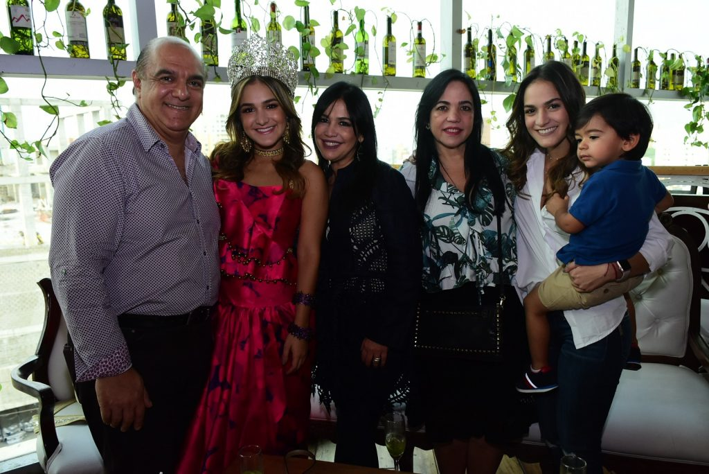 Ricardo Abuchaibe, la Reina del Carnaval Valeria Abuchaibe Rosales, Gina Rosales, Carolina Rosales, Vanessa Abuchaibe y Jacobo Torres.