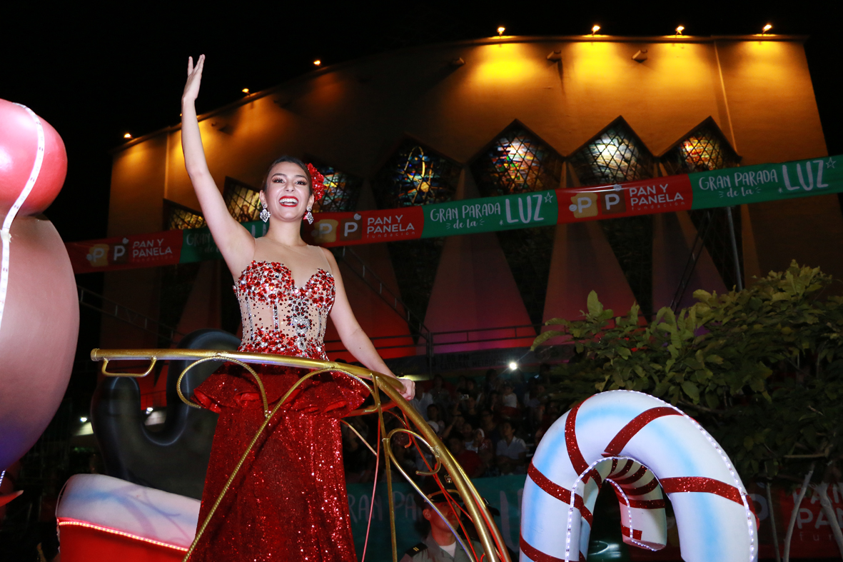 Monarquía del Carnaval de Barranquilla, engalanó 'La Gran Parada de la Luz'