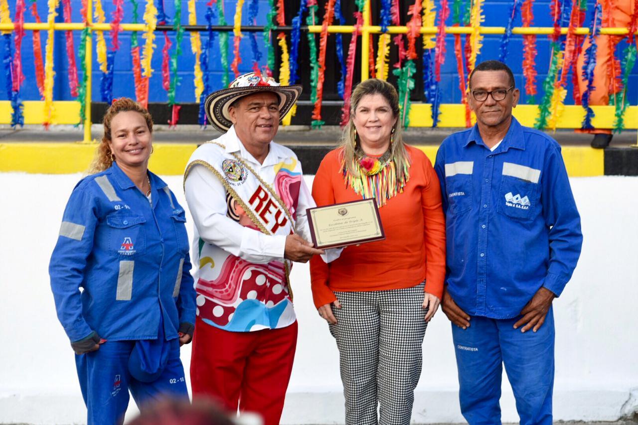 Carnaval de Barranquilla entrega reconocimiento a escobitas de Triple A
