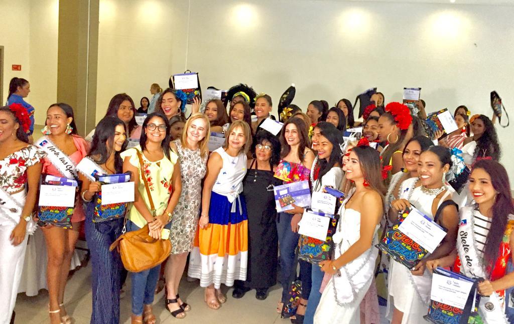 Reinas Populares firman Pacto por la Vida de la Mujer con la Primera Dama