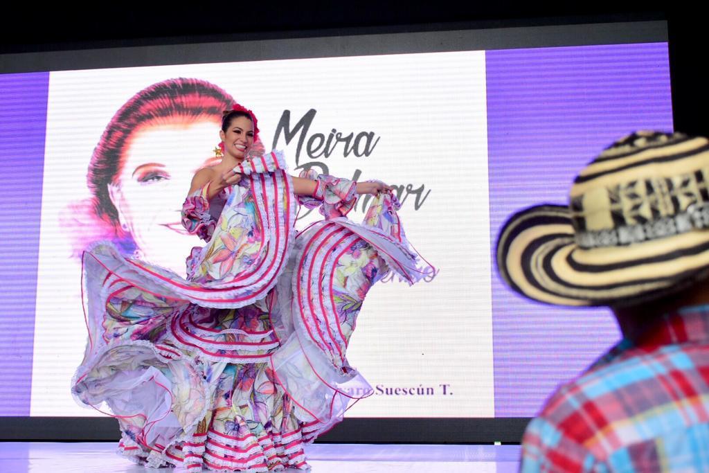 La Reina del Carnaval de Barranquilla 2020 Isabella Chams Vega prendió la fiesta literaria en el Malecón del Río, rindiendo tributo a su tía abuela, la poetisa Barranquillera Meira Delmar.