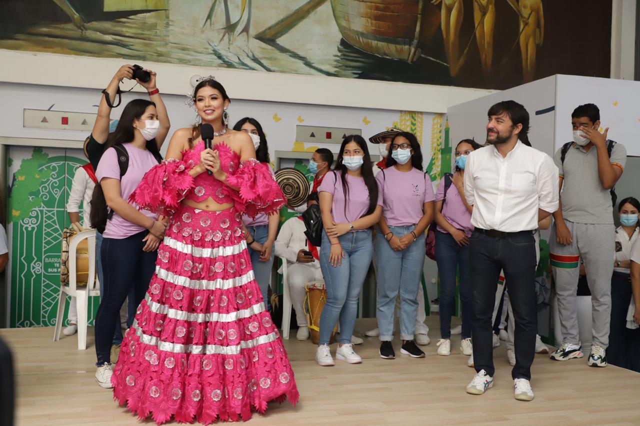 Alcalde Pumarejo y funcionarios del Distrito le dan la bienvenida a la reina del Carnaval